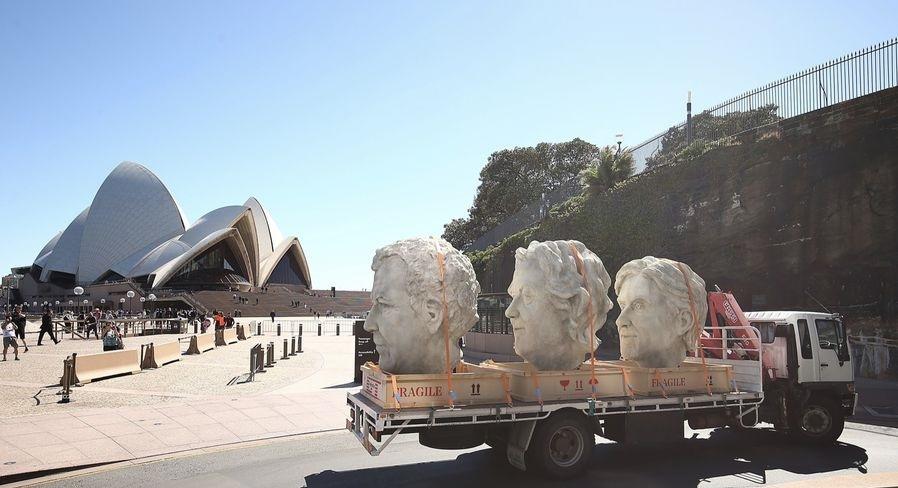 Гигантские головы катаются по миру
